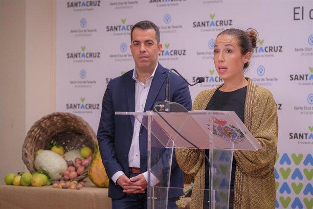 La alcaldesa de Santa Cruz de Tenerife, Patricia Hernández, junto al concejal de Anaga, Florentino Guzmán, en la presentación del mercado tradicional de Anaga