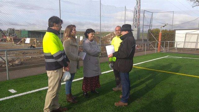 La alcaldesa de Ciudad Real, Pilar Zamora, visita el campo de fútbol.