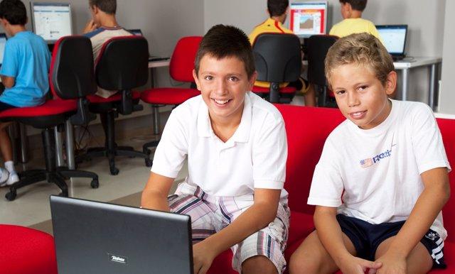 Imagen de uno de los talleres llevados a cabo por 'Guadalinfo' con menores