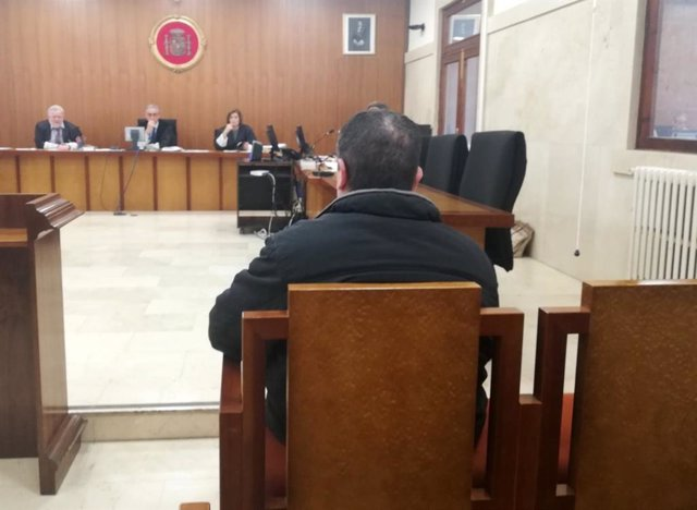 El hombre condenado por ofrecer sexo a un menor en Palma a cambio de dinero, en el banquillo de los acusados en la Audiencia Provincial.