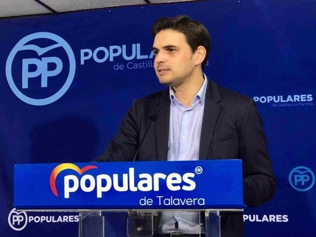 El portavoz del PP en Talavera, Santiago Serrano, en rueda de prensa.