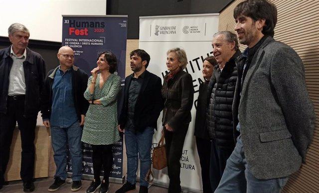 Director (centro) y participantes en el Humans Fest 2020