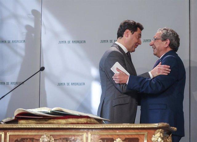 El presidente de la Junta de Andalucía, Juanma Moreno (i), preside el acto de toma de posesión del rector de la Universidad de Málaga, José Ángel Narváez (d). En el Palacio de San Telmo.   , en Sevilla, a 29 de enero de 2020.