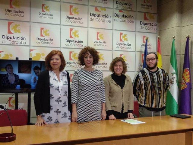 Doblas (segunda por la dcha.) presenta dos campañas para luchar contra el rechazo al colectivo Lgtbi