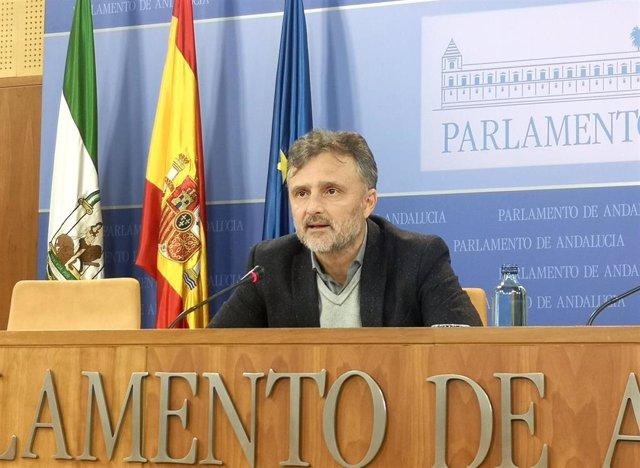 El portavoz parlamentario del PSOE-A, José Fiscal, durante la rueda de prensa en el Parlamento