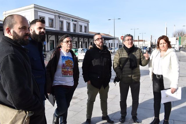 La diputada y coordinadora provincial de IU, María del Carmen Pérez, y el parlamentario de Adelante Andalucía Jesús Fernández, en la estación de tren de Granada