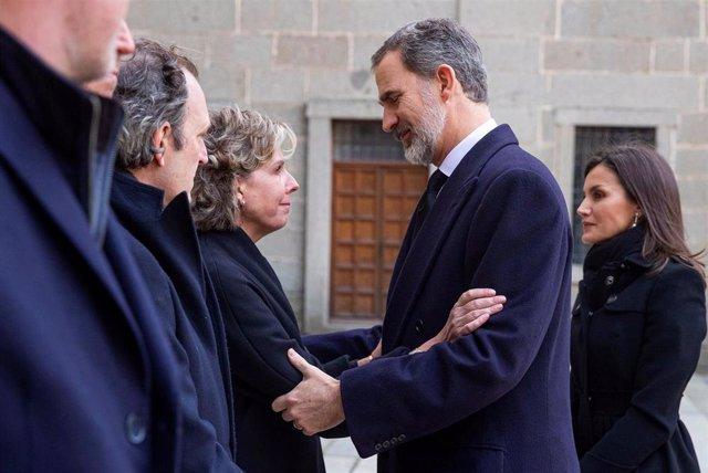El rey Felipe (C) y la reina Letizia (d) saludan a la hija de la infanta Pilar de Borbón Simoneta Gómez-Acebo (i) durante el funeral de la infanta celebrado en la basílica del Monasterio de El Escorial