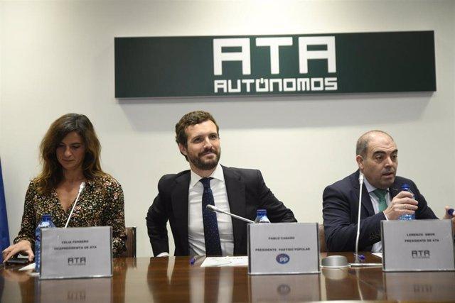 (I-D) La vicepresidenta ejecutiva de la ATA (Asociación de Trabajadores Autónomos), Celia Ferrero; el presidente del PP, Pablo Casado; y el presidente de la ATA, Lorenzo Amor, durante la inauguración de la reunión de la Junta directiva de ATA, en Madrid (