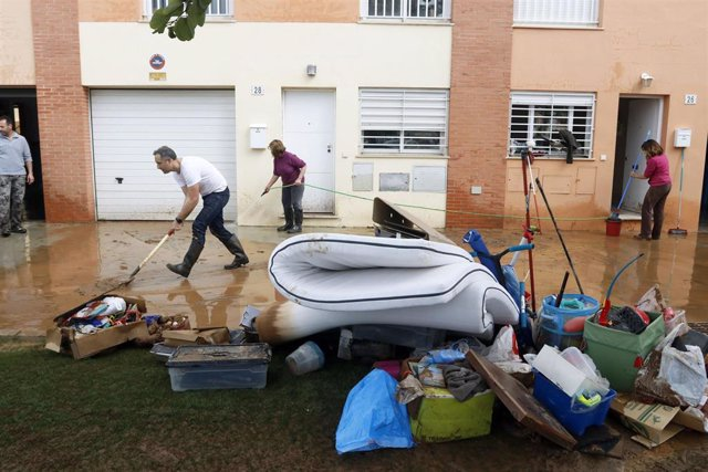 Vecinos de la barriada malagueña de Campanillas, se afanan en las limpiezas de sus hogares y calles del barrio tras la tromba de aguda caída esta pasada madrugada a consecuencia de la Tormenta Gloria que azota al país. En Málaga a 25 de enero del 2020