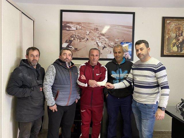 La Cofradía de Pescadores de Punta Umbría entrega un cheque de 1.500 euros a la familia afectada por el incendio de La Hispanidad.