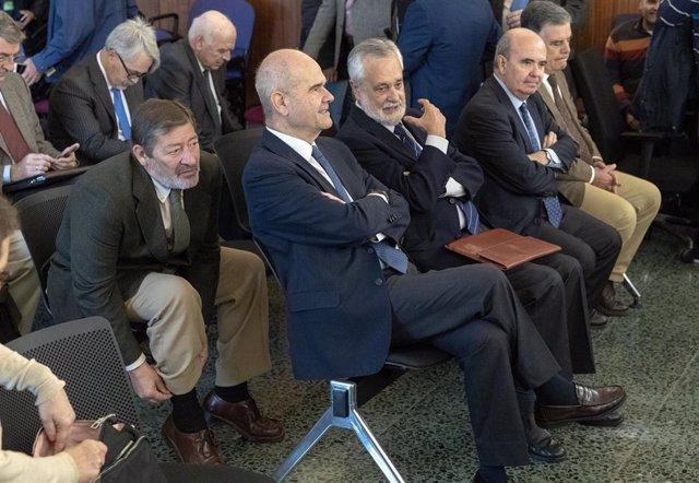 Los expresidentes de Andalucia Manuel Chaves (centro) y José Antonio Griñán (derecha), y el exdirector general de Trabajo Francisco Javier Guerrero (izquierda) durante el juicio del caso ERE.