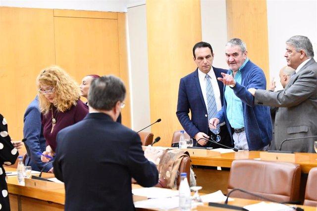 El diputado  Carlos Verdejo (c) de Vox acusa a sus ex compañero en la  Asamblea de Ceuta que ha tenido que ser suspedida  por insultos y amenazas entre diputados por los mensajes de Vox