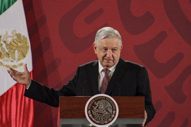 """México/EEUU.- López Obrador rechaza """"engancharse"""" con Trump por sus alusiones al"""