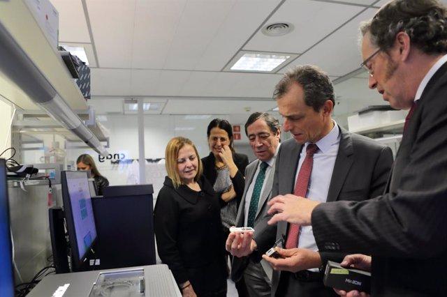 El ministro de Ciencia e Innovación, Pedro Duque, en su visita al Centro Nacional de Análisis Genómico del Centro de Regulación Genómica (CNAG-CRG), en Barcelona, donde se ha reunido con Luis Serrano, presidente de la alianza SOMMa