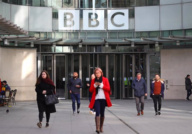 29 January 2020, England, London: People walk past the entrance of the BBC Broadcasting House, which to announce cuts to its news division as part of a cost-cutting drive. Photo: Aaron Chown/PA Wire/dpa