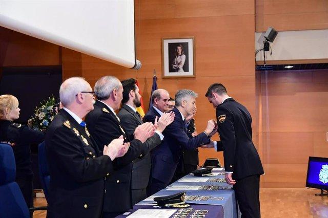 Fernando Grande-Marlaska condecora a los policías heridos en los disturbios en Cataluña tras la sentencia del 1-O