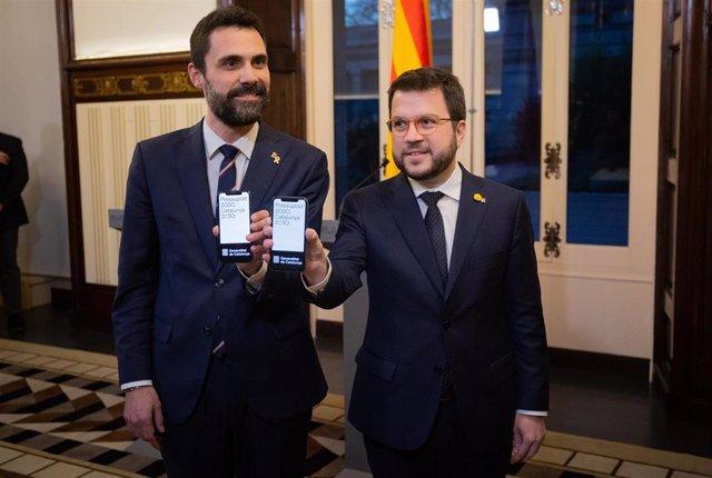 El presidente del Parlament, Roger Torrent, recibe del conseller de Economía de la Generalitat, Pere Aragons, el proyecto de Presupuestos de la Generalitat 2020 el 29 de enero de 2020
