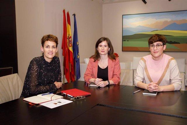 María Chivite con María Ibarrola, decana del Colegio de Sociología y Politología de Navarra y a Alexia Canto, vicedecana