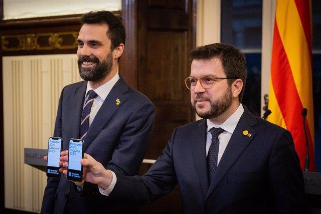 El presidente del Parlament, Roger Torrent, y el vicepresidente y conseller de Economía, Pere Aragonès