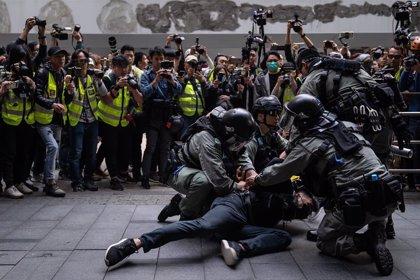 Registrados nuevos enfrentamientos entre la Policía y manifestantes frente a una comisaría de Hong Kong