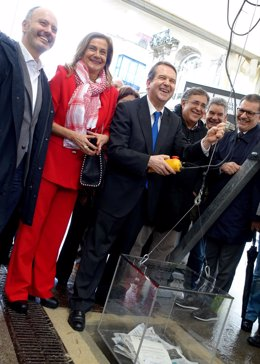 El alcalde de Vigo, Abel Caballero, junto a David Regades, Carmela Silva y varios ediles, en el acto de colocación de la primera piedra de la reforma de Porta do Sol.