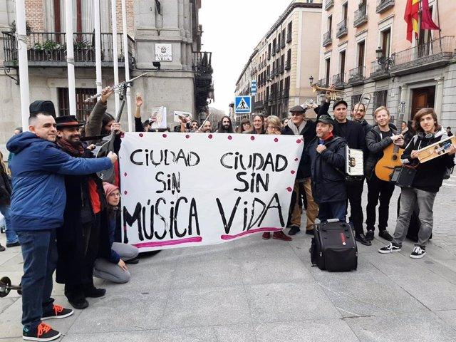 Músicos callejeros realizan una concentración para reclamar que el Ayuntamiento les conceda de nuevo autorizaciones para actuar de nuevo de forma legal.