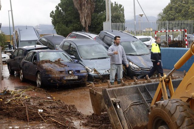 Vecinos de la barriada malagueña de Campanillas, se afanan en las limpiezas de sus hogares y calles del barrio tras la tromba de agua caída esta pasada madrugada a consecuencia de la Tormenta Gloria que azota al país, en Málaga a 25 de enero del 2020.