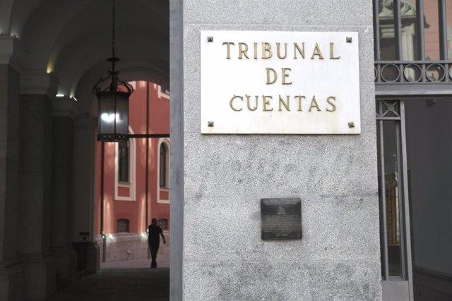 Placa en la puerta principal del edificio del Tribunal de Cuentas en la Calle Fuecarral , número 81 de Madrid (España).