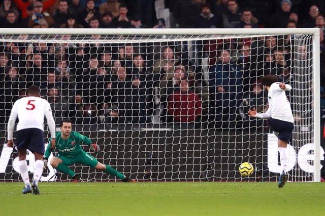 Mohamed Salah marca un penalti con el Liverpool FC.