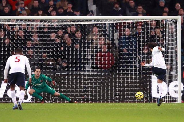 Fútbol/Premier.- El Liverpool sigue firme hacia el título tras ganar en el Olímp