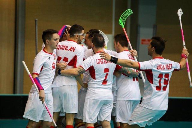 La selección española de floorball celebra uno de sus goles ante Países Bajos en la fase de clasificación para el Mundial