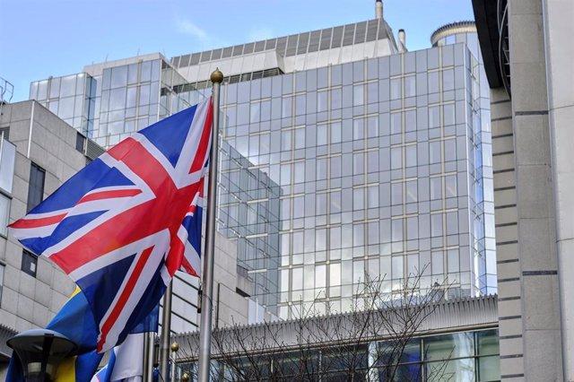 La bandera de Reino Unido frente a la sede del Parlamento Europeo en Bruselas