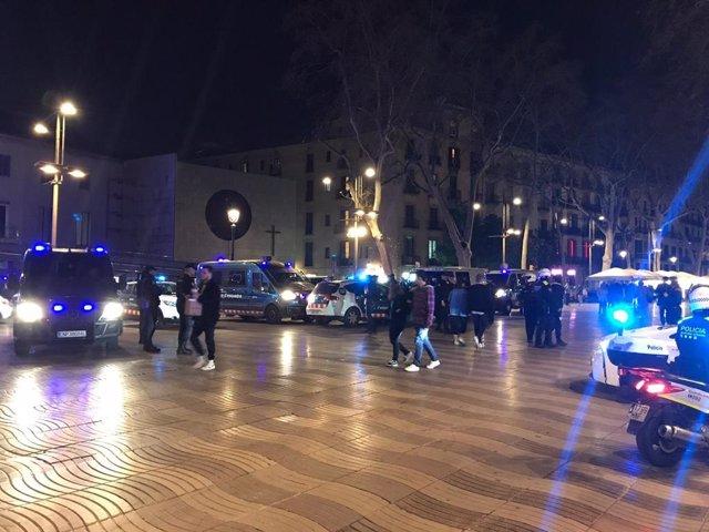 Operació policial a la Rambla de Barcelona per prevenir furts i robatoris.
