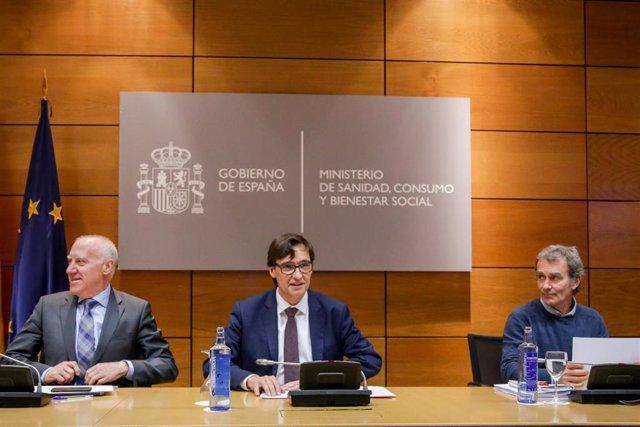 (I-D) El secretario general de Sanidad, Faustino Blanco; el ministro de Sanidad, Salvador Illa y el director del Centro de Coordinación de Emergencias de Sanidad, Fernando Simón, durante la reunión con representantes de sociedades científicas, en Madrid (