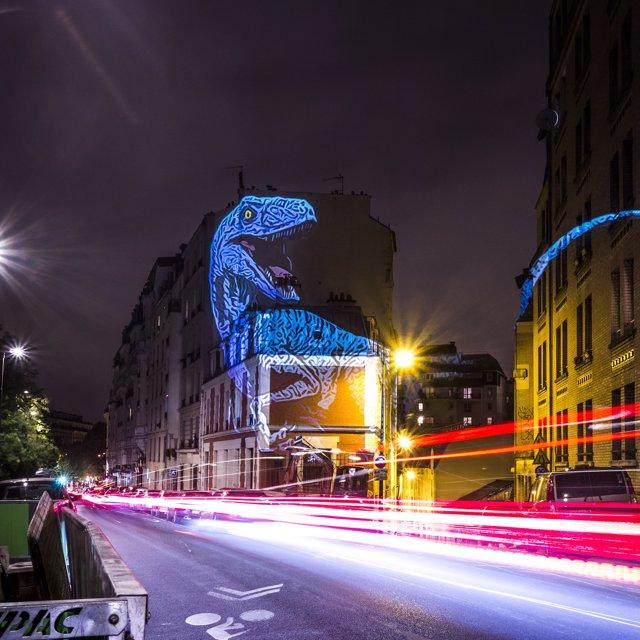 Los dinosaurios invaden París en un asombroso safari prehistórico digital proyectado en edificios de la ciudad