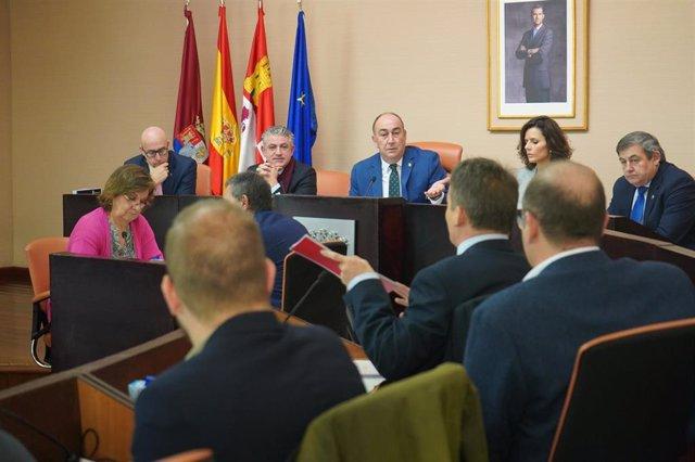 De Vicente, en el centro de la Mesa, en el Pleno de la Diputación de Segovia.