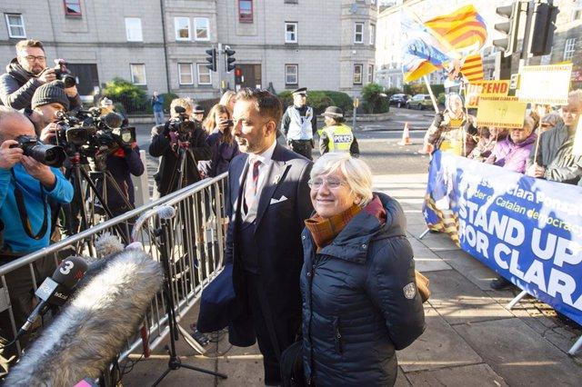 Clara Ponsatí arriba amb el seu advocat Aamer Anwar a la comissaria de St. Leonard, Edimburg (Escòcia), 14 de novembre del 2019. Foto: Lesley Martin/PA Wire/dpa