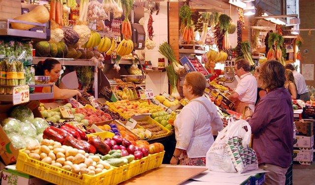 Puesto de frutas en un mercado de abastos.