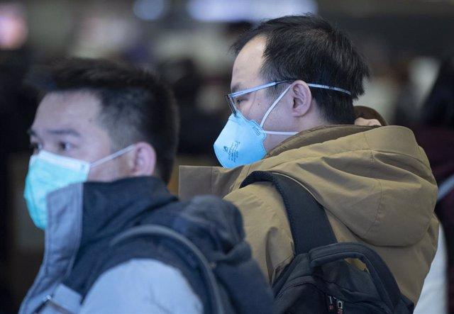 Passatgers amb mascaretes a l'aeroport de Frankfurt , 30 de gener del 2020. Foto: Boris Roessler/dpa