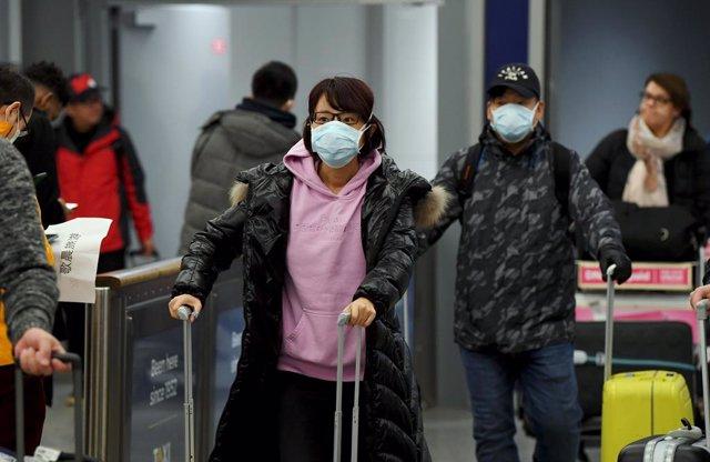 Passatgers xinesos en un aeroport de Hèlsinki (Finlàndia), 30 de gener del 2020.