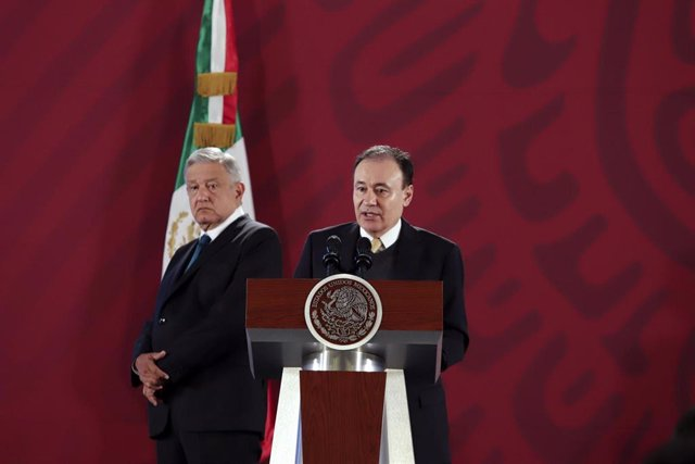 El presidente de México, Andrés Manuel López Obrador, escucha la intervención del secretario de Seguridad, Alfonso Durazo.