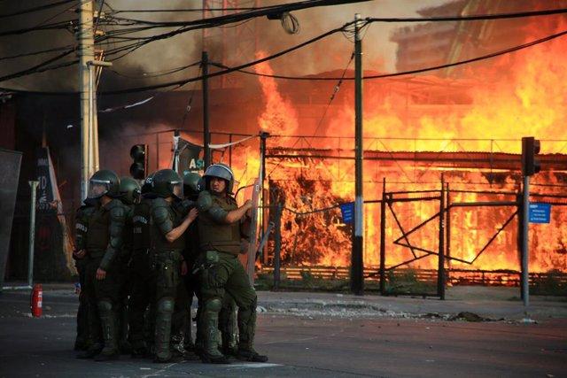 Carabineros de Chile durante la manifestación que se produjo cerca del estadio Monumental de Santiago por la muerte de un aficionado de Colo Colo, atropellado por un vehículo policial.