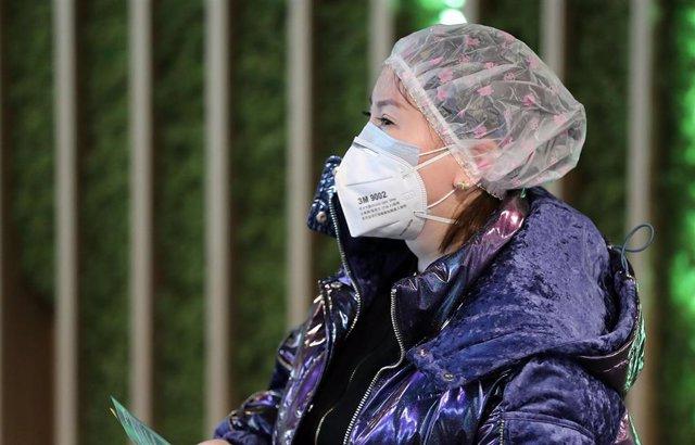 Una turista china pasa un control en Corea del Sur por el brote del nuevo coronavirus.