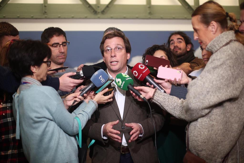 """Vecinas de Carabanchel a Almeida: """"No queremos banderas, sino los 700.000 euros que has quitado al barrio"""""""
