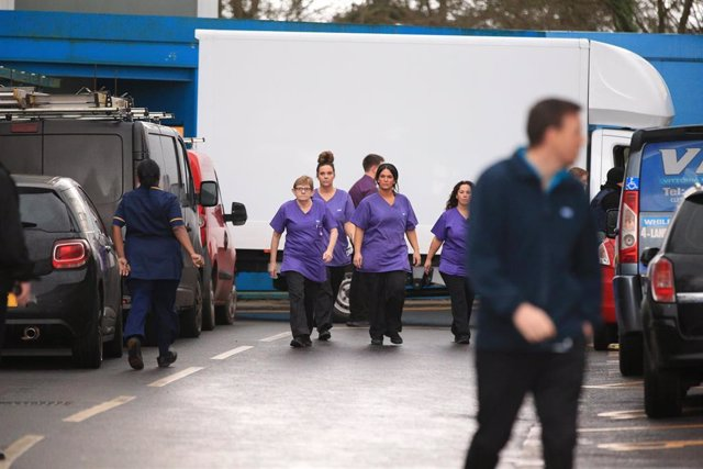 31 January 2020, England, Brize Norton: Staff at Arrowe Park Hospital in Merseyside prepare for a bus carrying British nationals from the coronavirus-hit city of Wuhan in China. Britain has confirmed its first cases of the coronavirus cases in two people