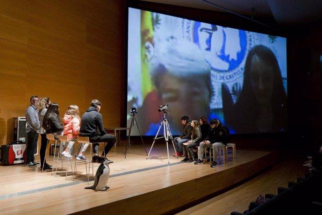 Imagen del momento de la video llamada con la Antártida