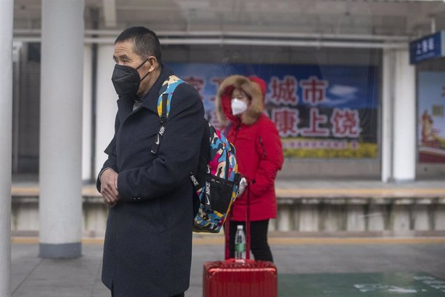 January 27, 2019 - Shangrao, China: Commuters on the platform for the high speed train to Nanning, Guangxi Province, wear face masks in wake of the coronavirus outbreak. The Chinese government took the unprecedented step of quarantining the entire city of