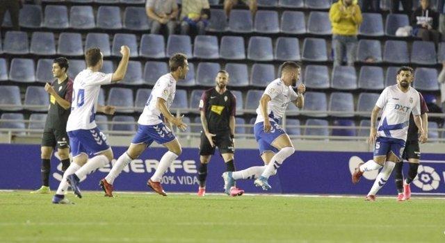 Fútbol/Segunda.- El Tenerife aleja la zona de descenso a costa del Sporting