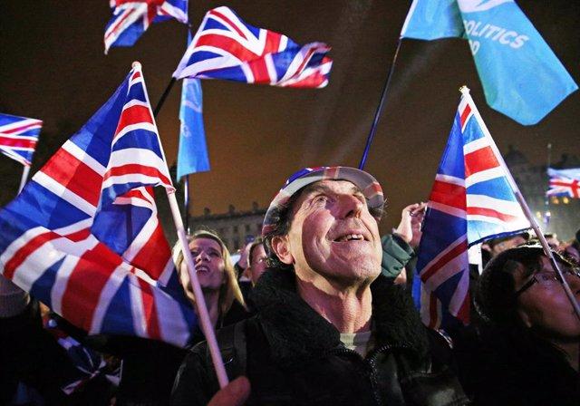Partidarios del Brexit celebran el Brexit en la plaza del Parlamento.