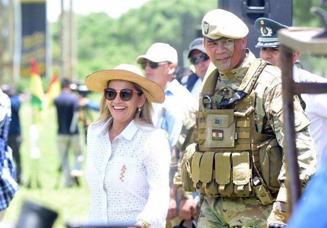 La autoproclamada presidenta de Bolivia, Jeanine Áñez, con un militar en Bolivia